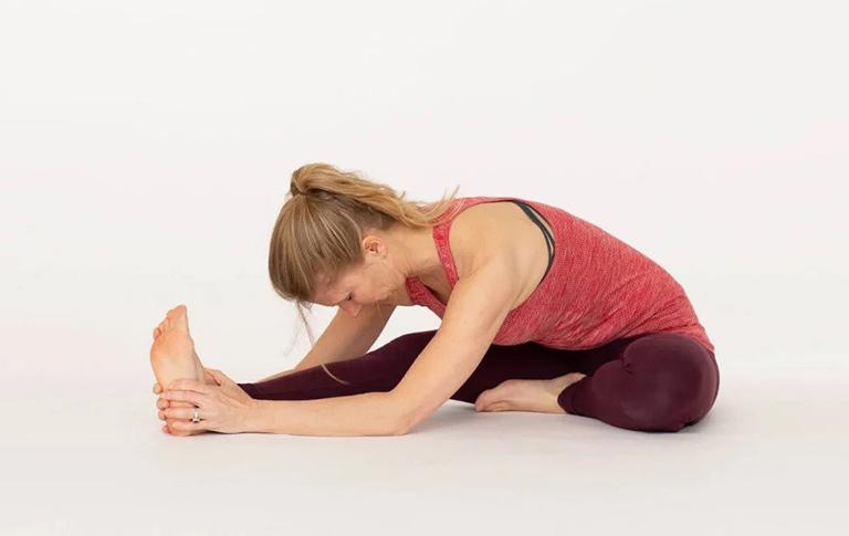 Janu Sirsasana (Head to Knee Pose) - Bài tập hỗ trợ bệnh viêm xoang