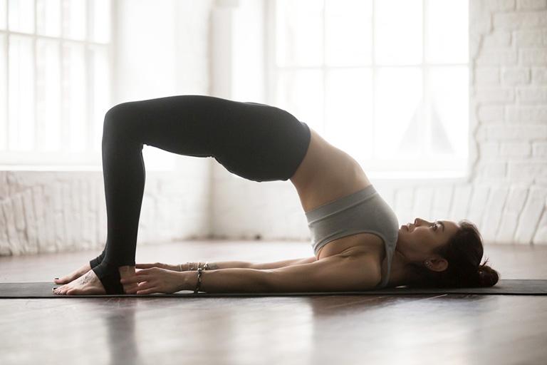 Setu Bandhasana là tư thế giúp kéo dãn cơ hoành, cơ lưng và phần cổ, từ đó giúp cải thiện triệu chứng của bệnh viêm xoang, giúp giải tỏa căng thẳng