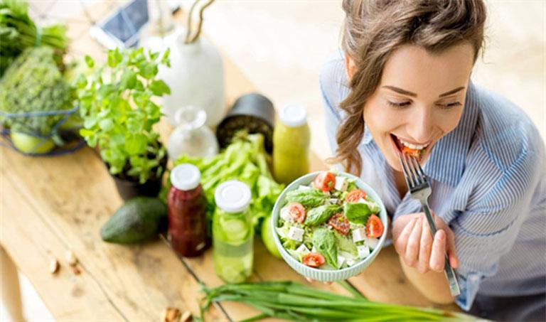 Tăng cường bổ sung rau xanh và trái cây tươi vào thực đơn ăn uống hàng ngày của bệnh nhân sau mổ trĩ