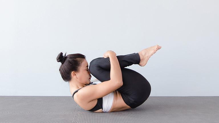 bài tập thể dục tư thế ôm gối cho người thoát vị đĩa đệm