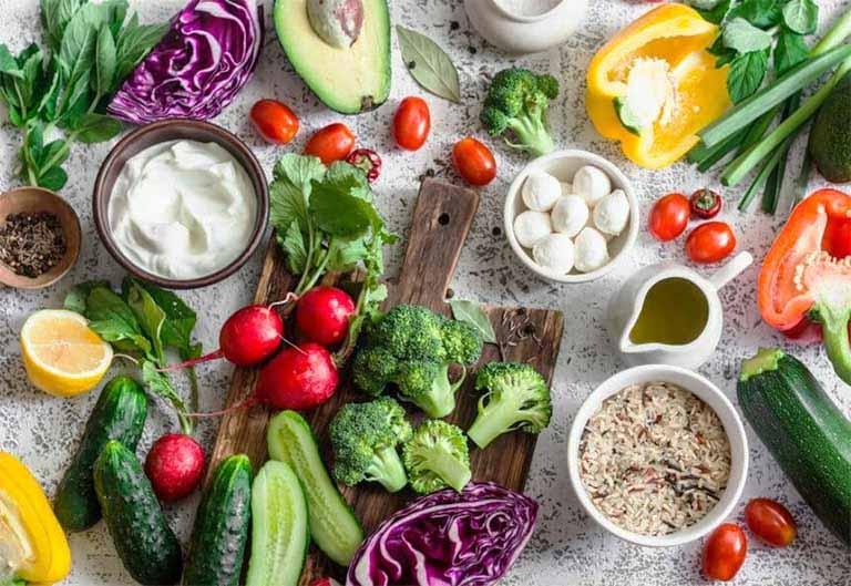 Xây dựng chế độ dinh dưỡng hằng ngày đảm bảo đủ các dưỡng chất thiết yếu cho cơ thể, nhất là thực phẩm giàu chất xơ có trong rau xanh, củ quả, trái cây tươi