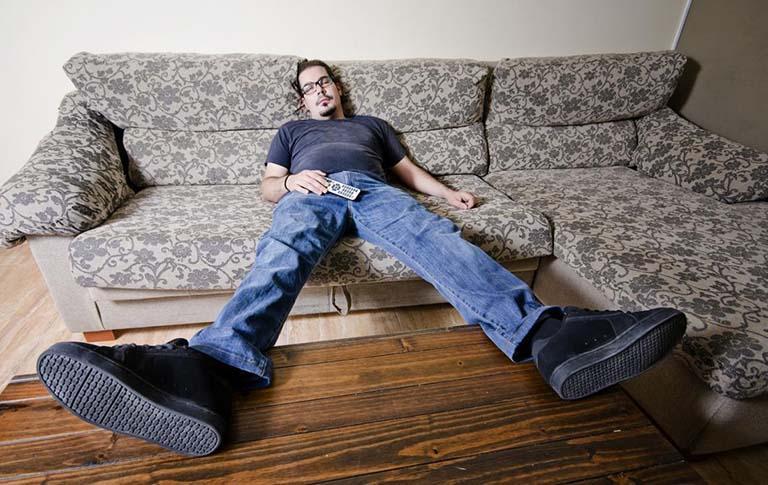 Lười vận động, ngồi lâu là nguyên nhân điển hình gây chèn ép nhiều lên tĩnh mạch hậu môn - trực tràng và sinh ra bệnh trĩ
