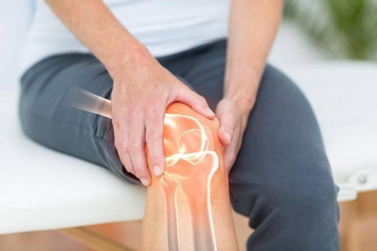 Cứng khớp gối là hiện tượng thường gặp, bệnh khiến chức năng vận động của khớp gối suy giảm