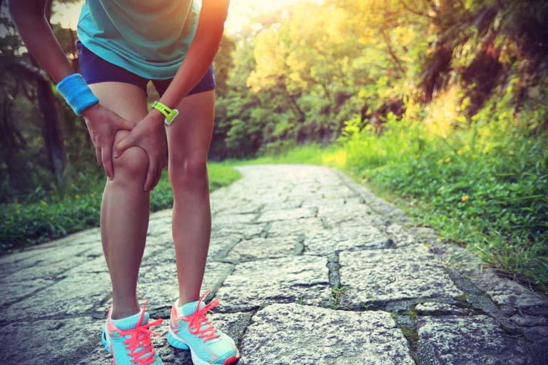 Những người vận động khớp gối liên tục rất dễ bị viêm gân và gây đau nhức khớp gối nhưng không sưng