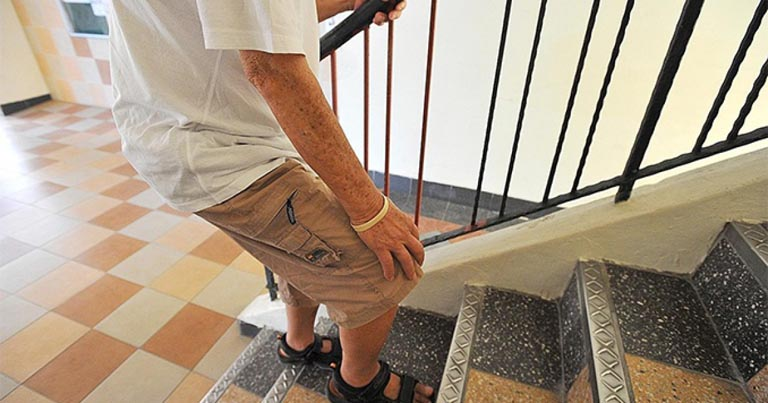 Cơn đau nhức khớp gối thường xuất hiện khi người bệnh leo cầu thang