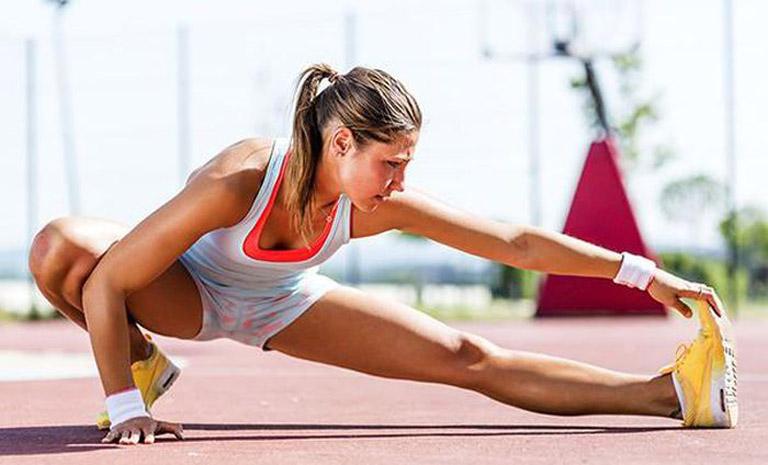 Nên khởi động làm nóng cơ thể trước khi tập thể dục để tránh các chấn thương không mong muốn