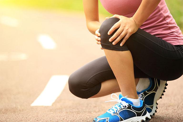 Cứng khớp gối có thể xảy ra sau khi chấn thương hoặc vận động quá sức
