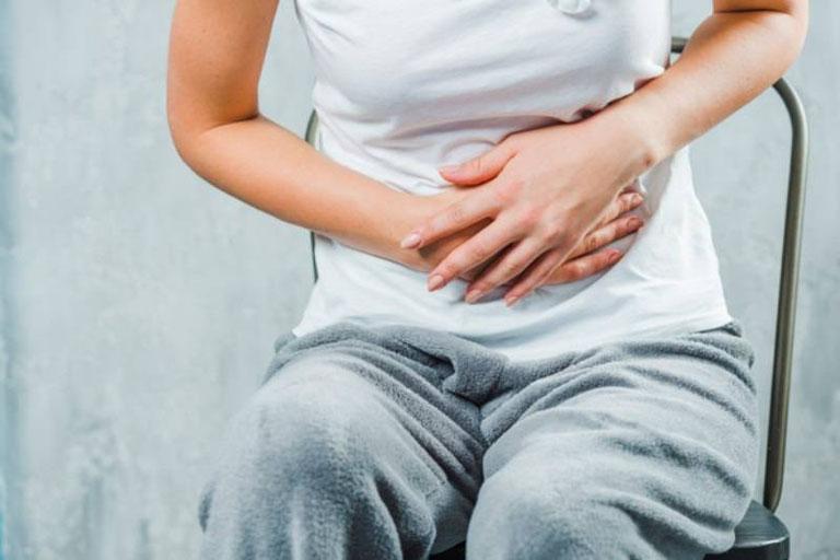 Viêm đại tràng giả mạc gây ra cơn đau quặn bụng khiến người bệnh cảm thấy rất khó chịu