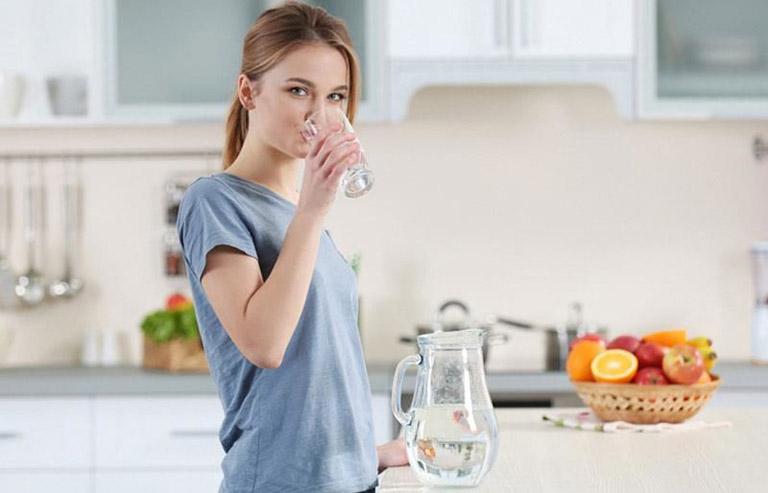 Uống nhiều nước giúp hỗ trợ tiêu hóa và đại tiện dễ dàng hơn