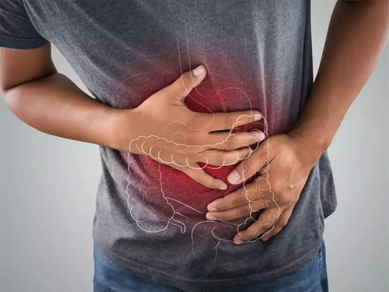 Cơn đau thắt vùng bụng dưới, đau âm ỉ hoặc kéo dài là triệu chứng điển hình của bệnh viêm đại tràng đã khiến không ít người khó chịu