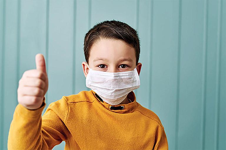 Nhắc nhở trẻ luôn đeo khẩu trang khi đi ra ngoài hoặc tiếp xúc với nhiều người để phòng lây bệnh hô hấp