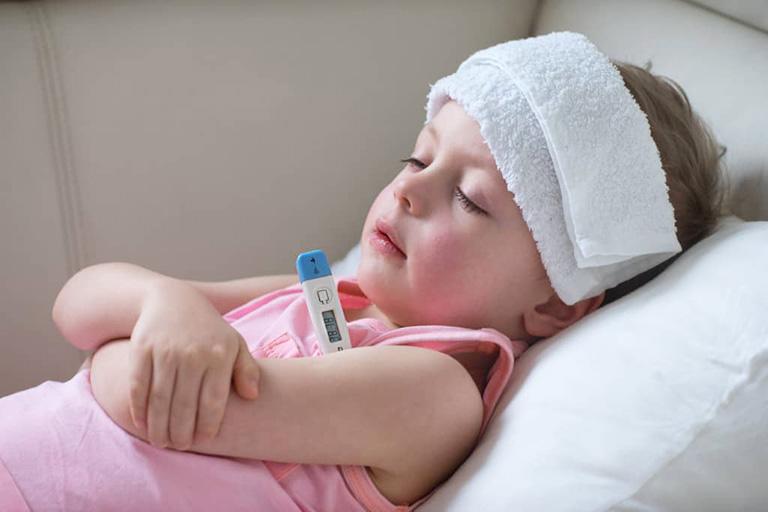 Chườm mát hoặc lau người bé bằng khăn ấm để hạ sốt khi bị viêm họng