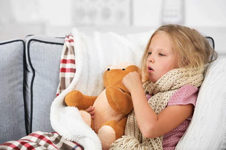 Bé bị viêm họng sốt cao liên tục thường có biểu hiện mệt mỏi, suy nhược cơ thể, chán ăn, ăn không ngon miệng,...