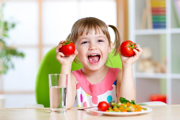 Cha mẹ cần bổ sung nhiều thực phẩm giàu chất dinh dưỡng trong bữa ăn để bé tăng cường sức khỏe, nâng cao sức đề kháng