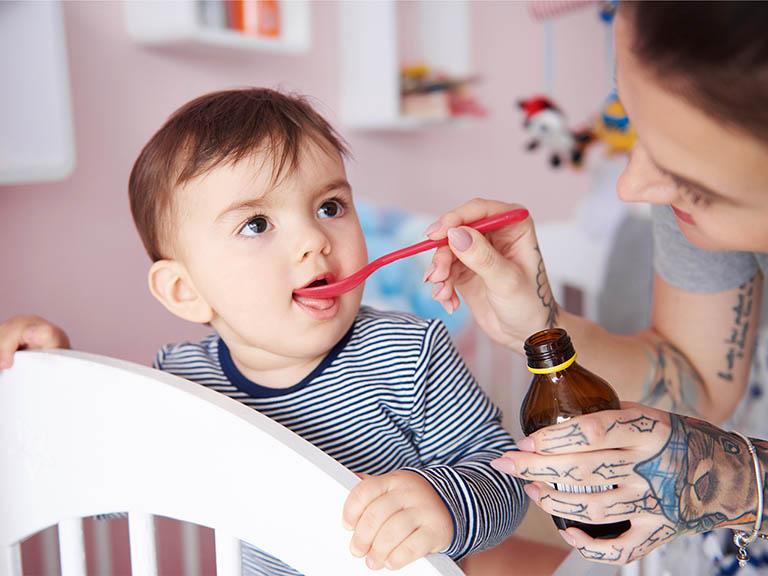 Dùng thuốc cho bé bị viêm họng sốt cao liên tục theo sự chỉ dẫn của bác sĩ chuyên khoa