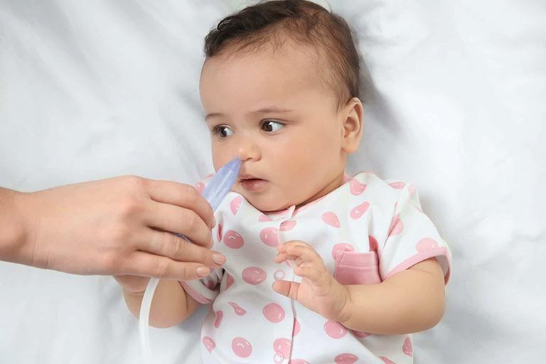 Cha mẹ không nên lạm dụng việc hút mũi bằng dụng cụ chuyên dụng để làm sạch khoang mũi của bé
