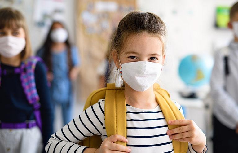 Đeo khẩu trang cho trẻ khi đi ra ngoài nhằm tránh hít phải những tác nhân gây bệnh cũng như phòng nhiễm bệnh đường hô hấp