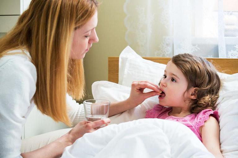 Cho trẻ dùng thuốc theo đúng chỉ dẫn của bác sĩ chuyên khoa nhằm ngăn chặn những tác dụng phụ