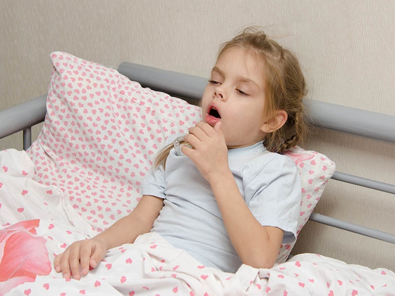 Bé bị viêm phế quản thở khò khè là vấn đề mà nhiều phụ huynh đang quan tâm