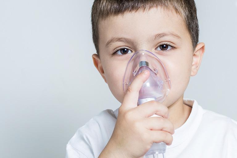 Trẻ có thể bị suy hô hấp cấp nếu bệnh tình viêm phế quản kéo dài lâu ngày và không có biện pháp khắc phục hiệu quả