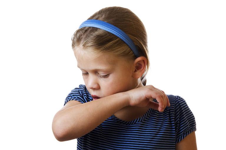 Tình trạng trẻ bị viêm phế quản thở khò khè xuất phát từ tình trạng viêm nhiễm ở ống phế quản khiến việc thở trở nên khó khăn