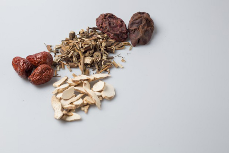 Bài thuốc Đông y chữa viêm amidan thể nhẹ, kèm triệu chứng nuốt đau rát, khạc ra máu