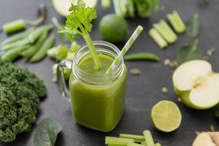 Trộn lẫn nước cốt nhọ nồi với nước ép rau củ để uống giúp cung cấp dinh dưỡng cho cơ thể và hỗ trợ trị bệnh