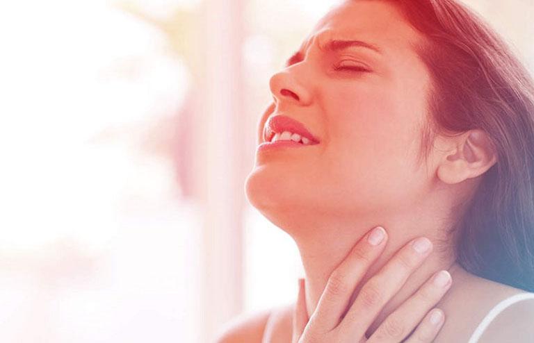 Khi bị viêm họng mủ người bệnh sẽ có cảm giác đau rát trong vòm họng rất khó chịu