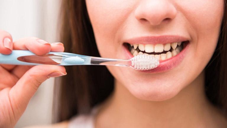 Vệ sinh răng miệng sạch sẽ giúp phòng ngừa viêm nhiễm lan rộng cũng như biến chứng của bệnh