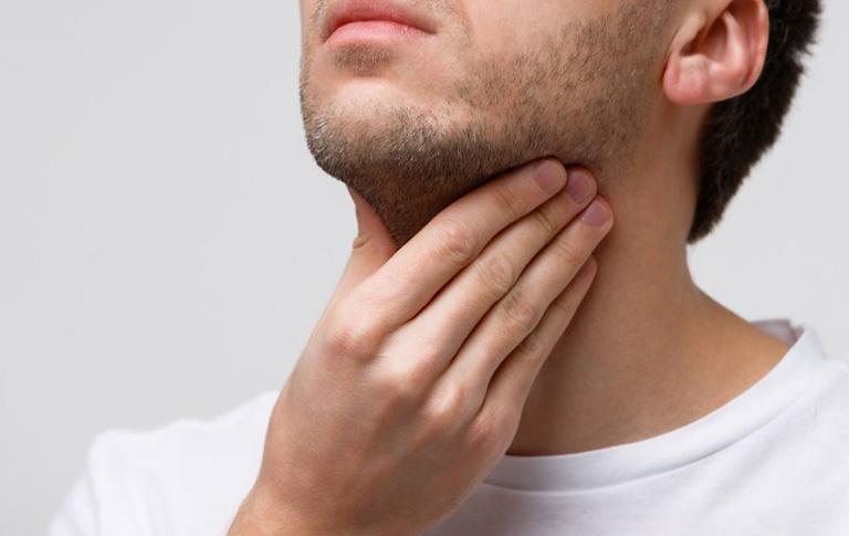 Có cảm giác khô rát, nóng họng, khó nuốt nước bót là triệu chứng thường gặp của viêm amidan cấp