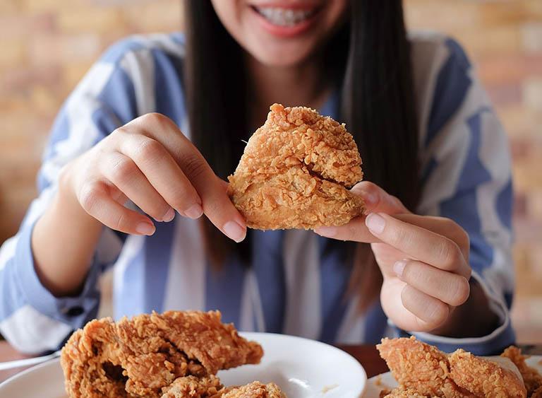 Bị viêm họng có nên ăn thịt gà không là từ khóa mà nhiều người đang tìm kiếm câu trả lời rõ ràng