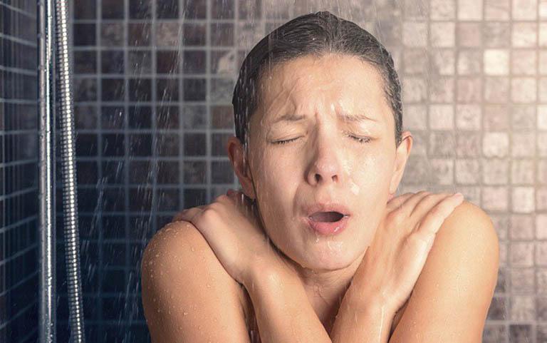 Tắm nước lạnh sẽ khiến sức đề kháng suy giảm, làm gia tăng nguy cơ cảm lạnh và khiến tình trạng bệnh trở nên nặng hơn.