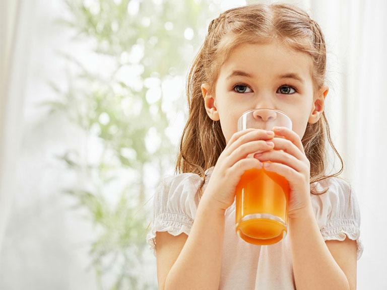 Trẻ em bị viêm phế quản hoàn toàn uống được nước cam để bồi bổ cơ thể, tăng cường hệ miễn dịch và hỗ trợ làm giảm triệu chứng của bệnh