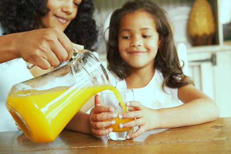 Người bị viêm phế quản chỉ uống đủ lượng nước cam theo khuyến nghị của chuyên gia dinh dưỡng, tuyệt đối không được lạm dụng