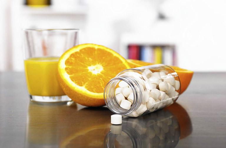 Tuyệt đối không sử dụng nước cam đồng thời với thuốc điều trị, nhất là thuốc kháng sinh, thuốc chống đông máu,...