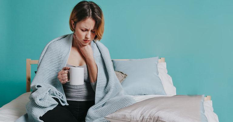 Đau rát họng khiến mẹ bầu cảm thấy rất khó chịu, gây ảnh hưởng xấu đến sức khỏe nếu tình trạng này diễn ra kéo dài