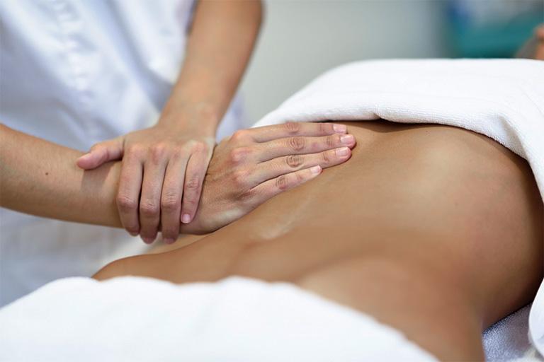 Nên massage bụng để làm nóng phần mô mềm trước khi tiến hành bấm huyệt chữa đau dạ dày