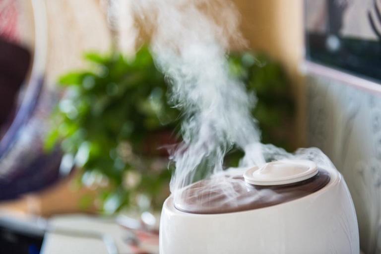 Sử dụng thêm máy cấp ẩm không khí để tránh gây khô niêm mạc, tạo cơ hội cho vi khuẩn phát triển mạnh