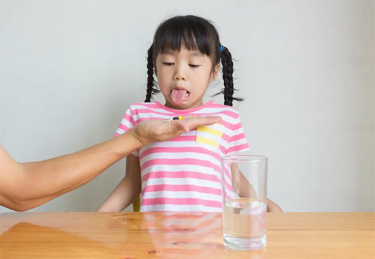 Chỉ cho trẻ dùng thuốc kháng sinh trị viêm họng nếu nguyên nhân gây bệnh là vi khuẩn (tiêu biểu là liên cầu khuẩn)