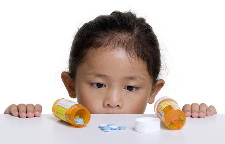 Cha mẹ có nên dùng thuốc kháng sinh để chữa viêm họng cho trẻ em không?