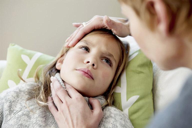 Trẻ nhỏ là đối tượng rất dễ bị các vi khuẩn, virus hay các tác nhân bên ngoài xâm nhập và gây viêm nhiễm đường hô hấp trên