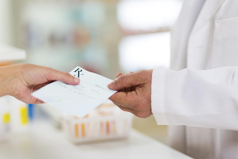 Dùng thuốc Gentrisone theo sự chỉ dẫn của bác sĩ để phòng tránh một số rủi ro có thể gặp phải