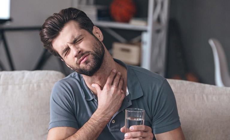 Cơn đau rát cổ họng, khàn tiếng gây ra không ít sự khó chịu trong việc nói chuyện hay giao tiếp