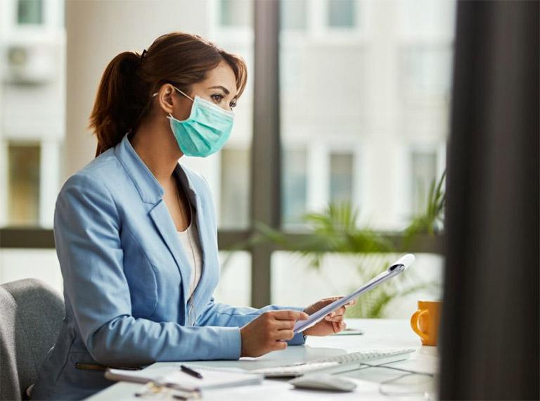 Đeo khẩu trang khi đi ra ngoài để phòng tránh hít phải các tác nhân gây bệnh đường hô hấp