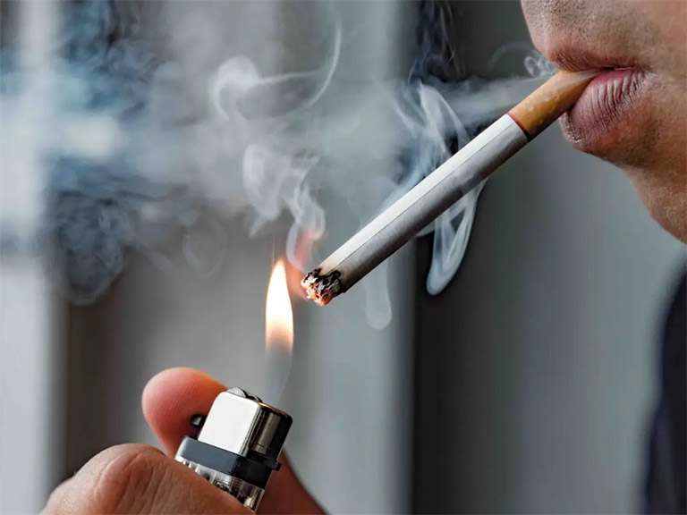 Hút thuốc lá hay tiếp xúc thường xuyên môi trường có nhiều khói thuốc lá sẽ khiến phổi hoạt động mạnh để loại bỏ chúng bằng cách kích thích cơ thể bằng phản ứng ho