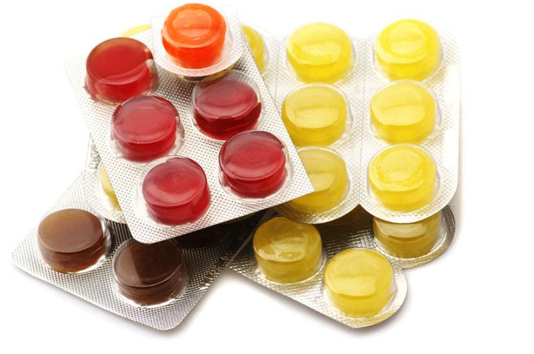 Kẹo ngậm đau họng chỉ là giải pháp tạm thời hỗ trợ làm dịu triệu chứng và không có tác dụng thay thế thuốc đặc trị