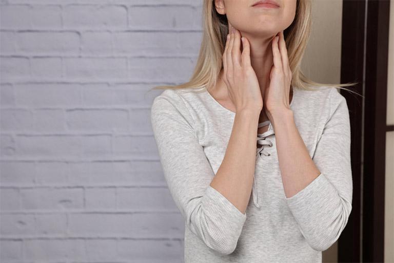 Triệu chứng của chứng đau họng do viêm họng gây ra khiến người bệnh không ít sự khó chịu, nhất là khi nuốt nước bọt