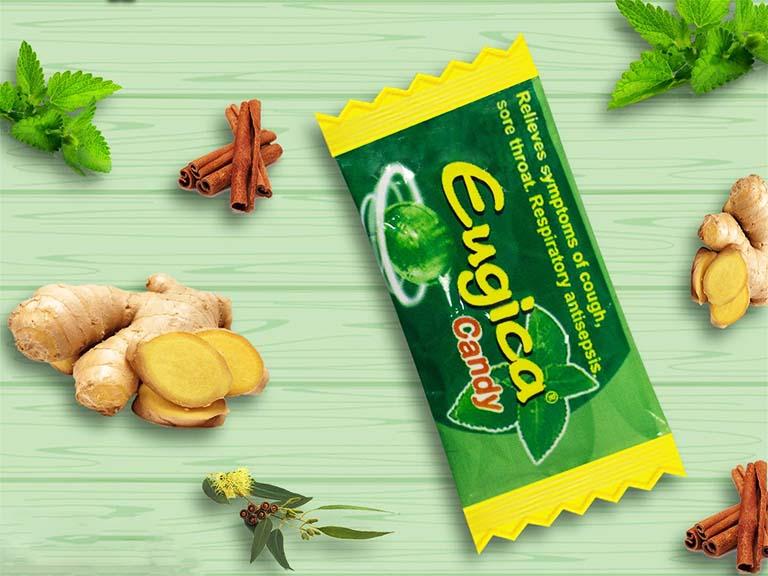 Kẹo ngậm Eugica Candy được chiết xuất từ 4 loại thảo dược thiên nhiên lành tính như tần, gừng, bạc hà và khuynh diệp