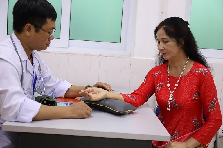 Nghệ sĩ Thành Hiền đã sử dụng bài thuốc chữa mề đay tại Quân Dân 102
