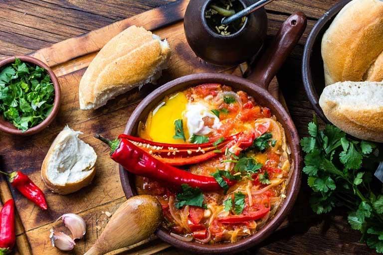 Thói quen ăn đồ cay nóng sẽ dễ gây kích ứng đến vùng hòng và khởi phát bệnh viêm họng cấp